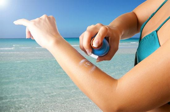 Bôi kem chống nắng bảo vệ da