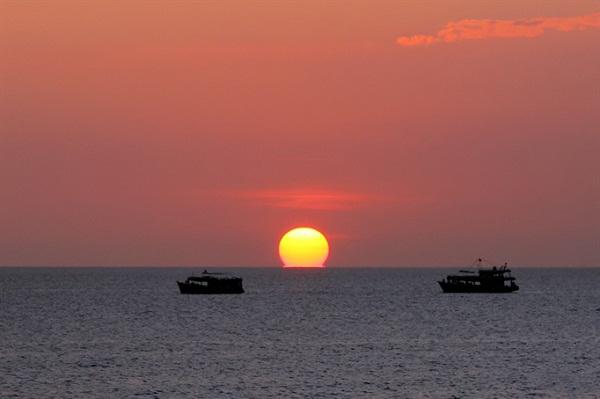 Ngắm khung cảnh hoàng hôn trên thuyền câu mực