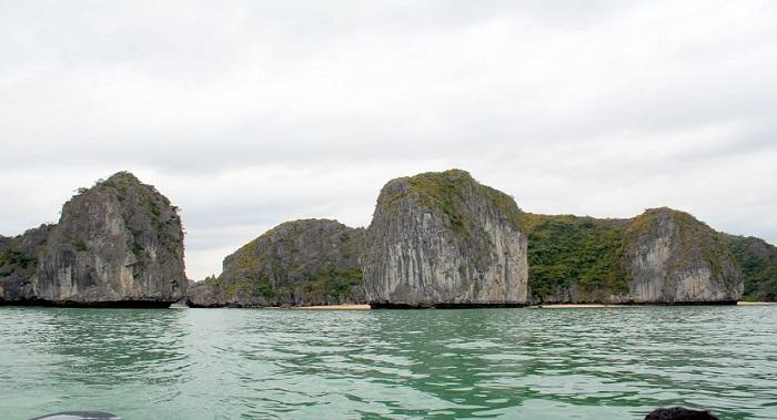 Xung quanh Bãi tắm Ba Trái Đào là đảo đá nên khá kín gió và an toàn