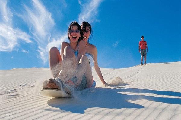 Trò chơi lướt ván ở cồn cát