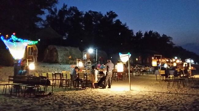 Bữa tiệc BBQ trên bãi biển cùng người thân